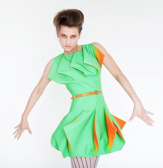 Jonge mannequin in helder groene jurk