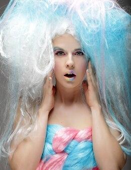 Jonge mannequin met lichte make-up en kleurrijk haar