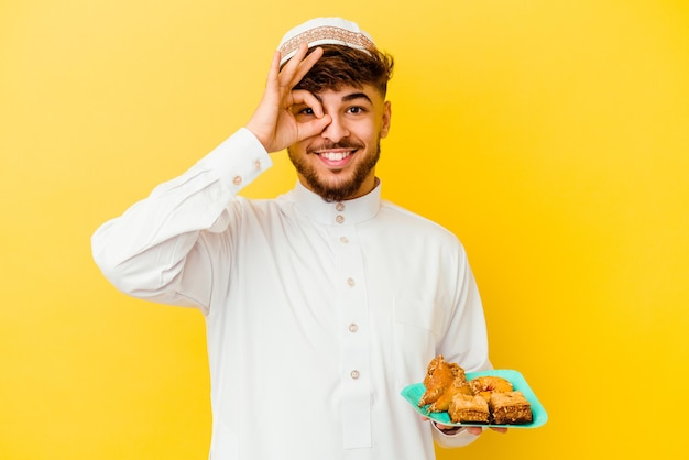 Jonge marokkaanse man die het typische arabische kostuum eet