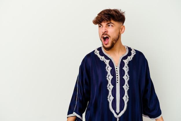 Jonge marokkaanse man geïsoleerd op wit schreeuwen erg boos, gefrustreerd woedeconcept.