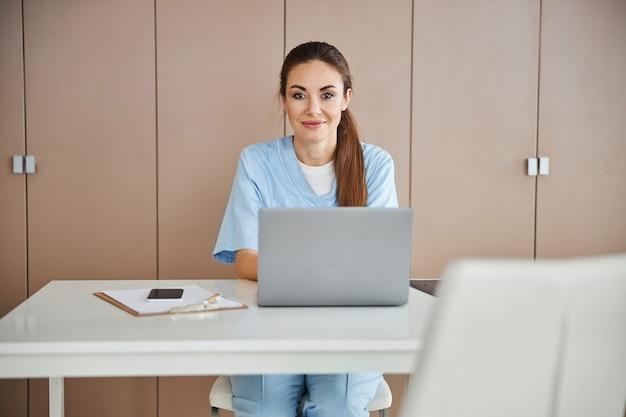 Jonge medisch specialist poseren op haar werkplek
