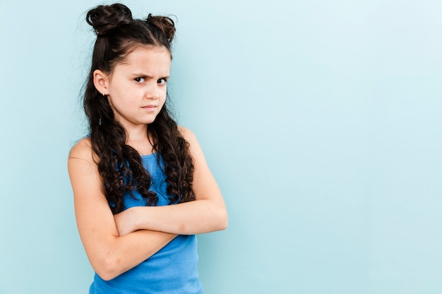 Jonge meisjes boos op kopie-ruimte