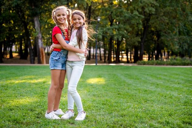 Jonge meisjes die exemplaar-ruimte koesteren