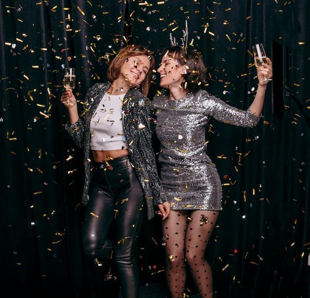 Jonge meisjes die oudejaarsavond samen vieren
