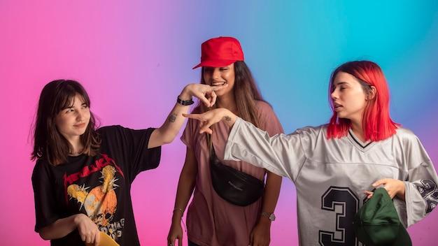 Jonge meisjes die plezier hebben in het discopartij.