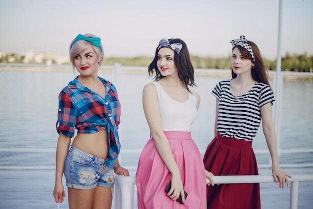 Jonge meisjes die zich voordeed op een balustrade van een zeehaven