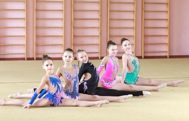 Jonge meisjes doen gymnastiek.