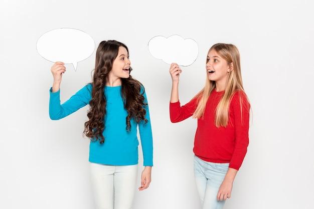 Jonge meisjes houden bubble chat