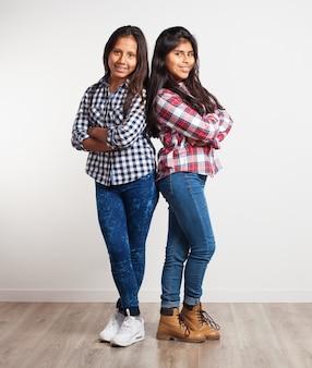 Jonge meisjes met gekruiste armen