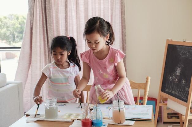 Jonge meisjes schilderen, montessori homeschool onderwijs