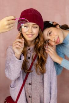 Jonge meisjes spelen met zeepbellen