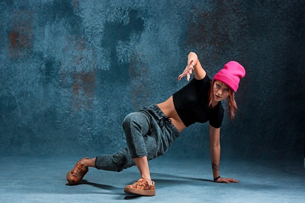 Jonge meisjesonderbreking die op muur dansen