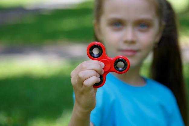 Jonge meisjesspelen met fidget spinne