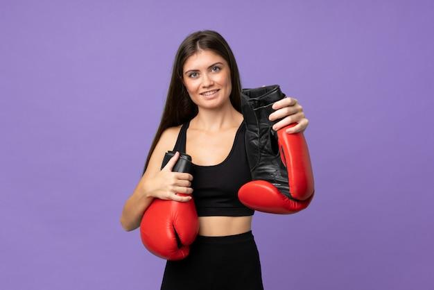 Jonge meisjesvrouw die over met bokshandschoenen wordt geïsoleerd
