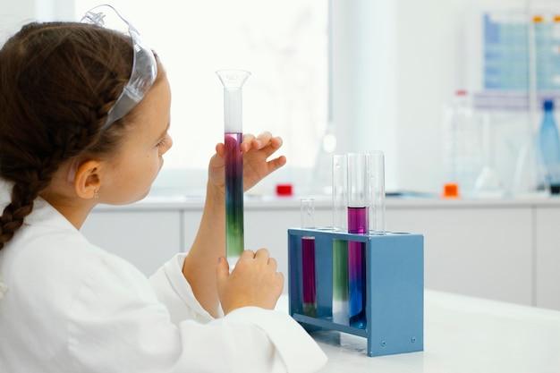 Jonge meisjeswetenschappers met veiligheidsbril die experimenten in het laboratorium doen