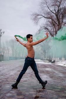 Jonge mens die ballet met poederkleur uitvoert