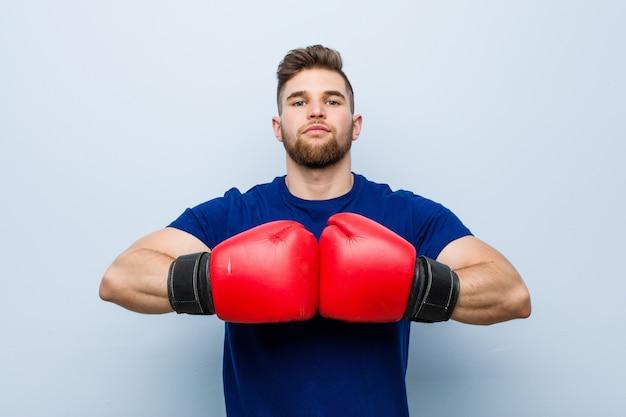 Jonge mens die bokshandschoenen draagt