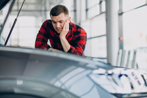 Jonge mens die diagnostiek van het voertuig maakt