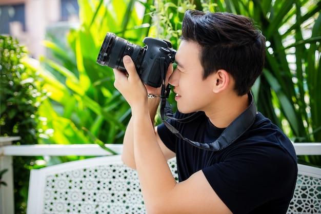 Jonge mens die foto met gelukkig neemt