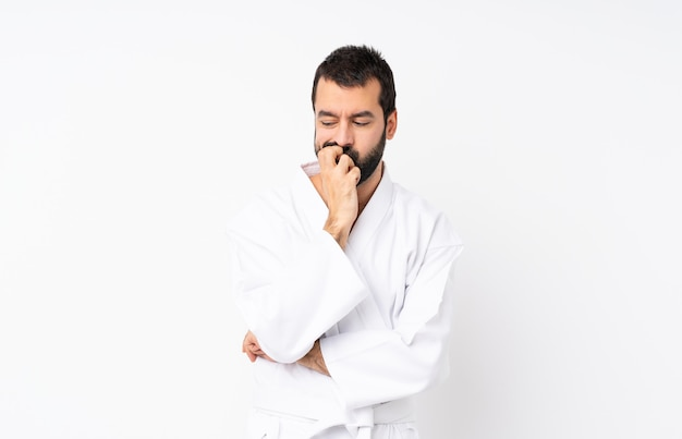 Jonge mens die karate over wit doet dat twijfels heeft