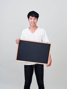 Jonge mens die leeg bord houdt