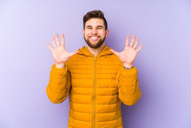 Jonge mens die nummer tien met handen toont.