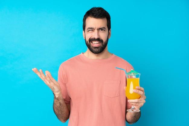 Jonge mens die over het houden van een cocktail twijfelgebaar maakt