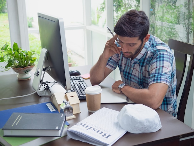 Jonge mens die thuis werkt en iets denkt
