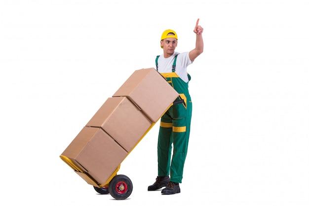 Jonge mensen bewegende dozen met kar die op wit wordt geïsoleerd