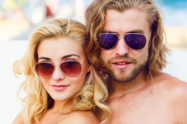 Jonge mensen die een zonnebril dragen