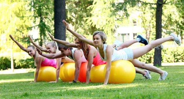 Jonge mensen die in een park uitwerken