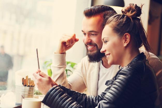 Jonge mensen die zaken doen in café