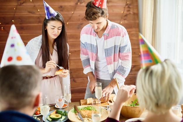 Jonge mensen eten op verjaardagsfeestje