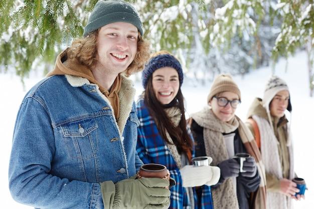 Jonge mensen genieten van de wintervakantie