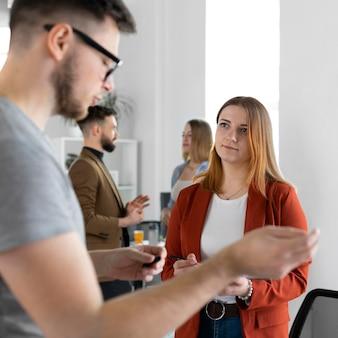 Jonge mensen hebben een werkvergadering op kantoor