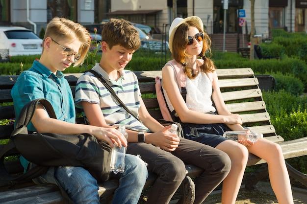 Jonge mensen hebben plezier in de stad, een groep gelukkige tieners praten