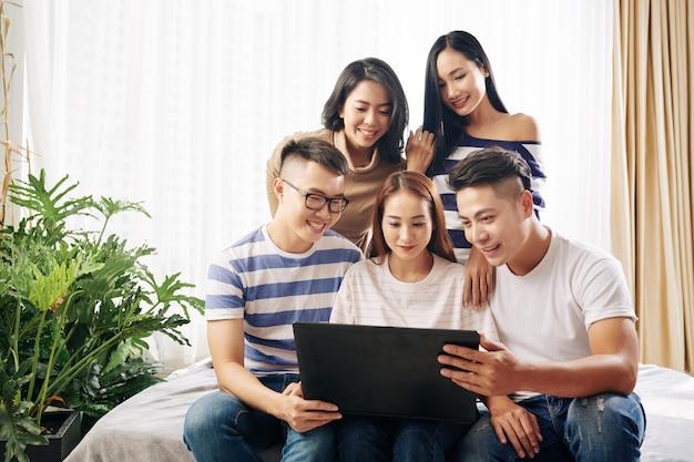 Jonge mensen kijken naar filmtrailer