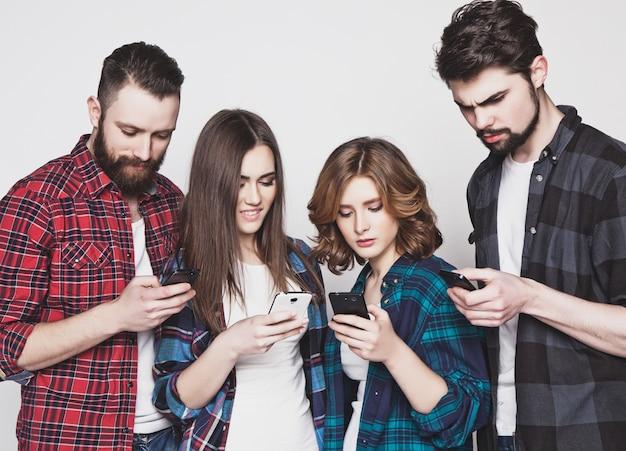 Jonge mensen kijken naar hun telefoons