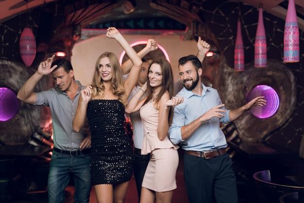 Jonge mensen kwamen naar de karaokeclub om te dansen en te zingen.