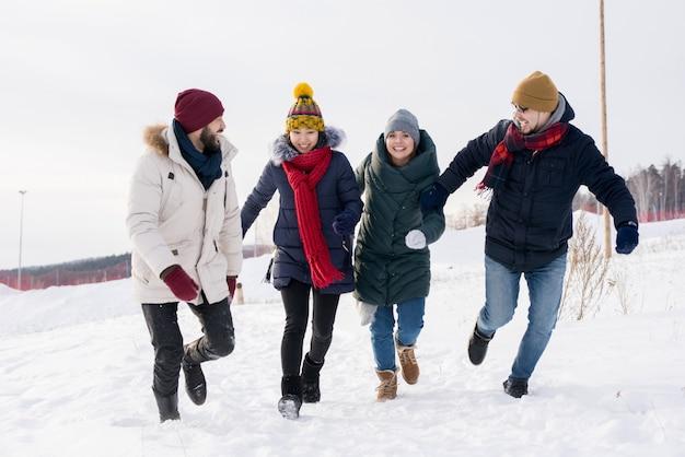 Jonge mensen plezier in de winter