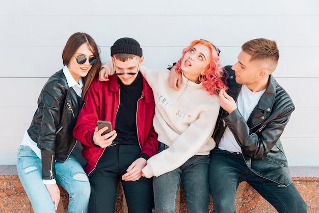 Jonge mensen plezier tijdens het nemen van selfie op smartphone