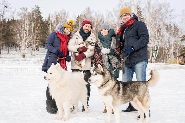 Jonge mensen poseren met honden
