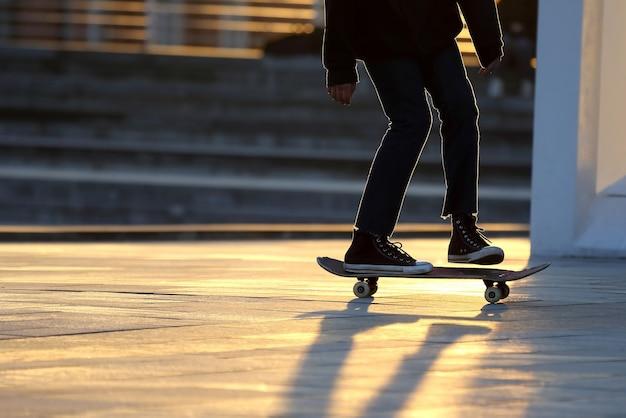 Jonge mensen rijden op een skateboard