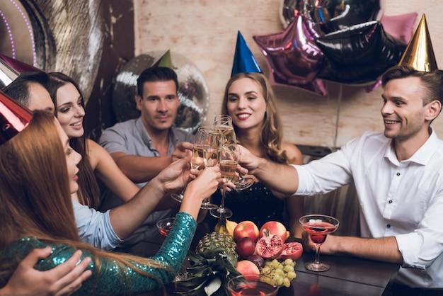 Jonge mensen rusten in een trendy nachtclub.