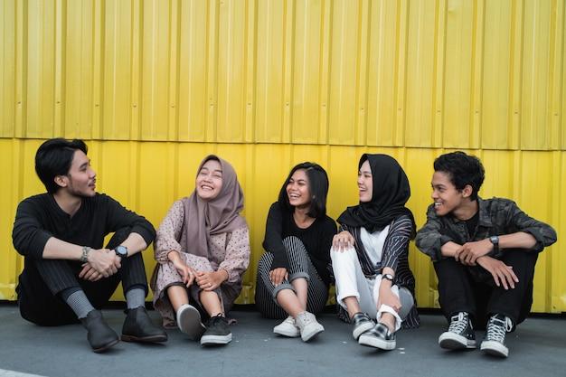 Jonge mensen samen rondhangen