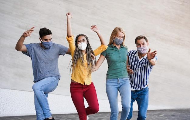 Jonge mensen vermaken zich in de stad tijdens de uitbraak van het coronavirus