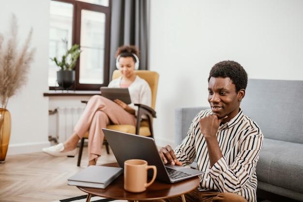 Jonge mensen werken vanuit een moderne plek