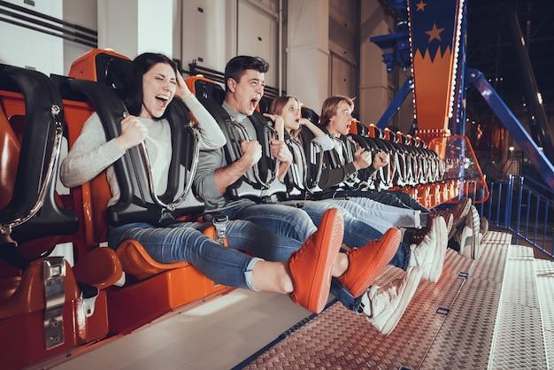 Jonge mensen zijn geschokt door de snelheid van de carrousel.