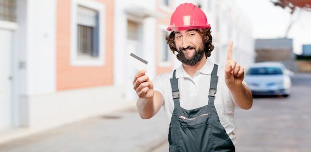 Jonge mensenarbeider met een creditcard