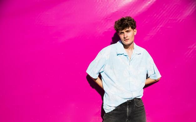 Jonge mensenportret met exemplaar-ruimte en roze achtergrond